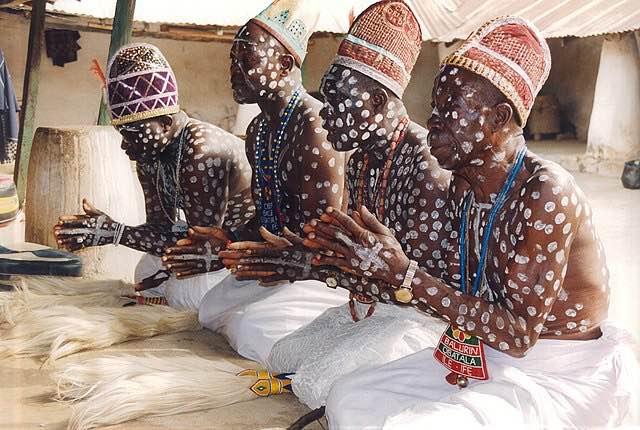 Sacerdotes de Obatala en su templo en Ife