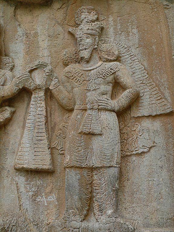 Relieve de piedra en el que se puede apreciar una representación del dios zoroastriano Ahura Mazda