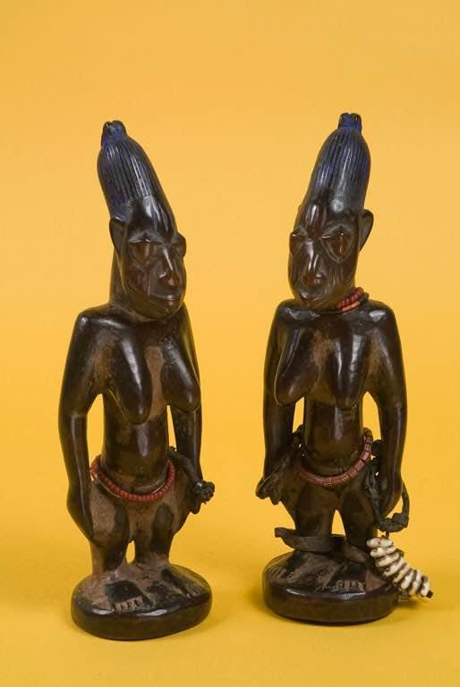 Estatuas de gemelos relacionados con los gemelos en la tradición Yoruba