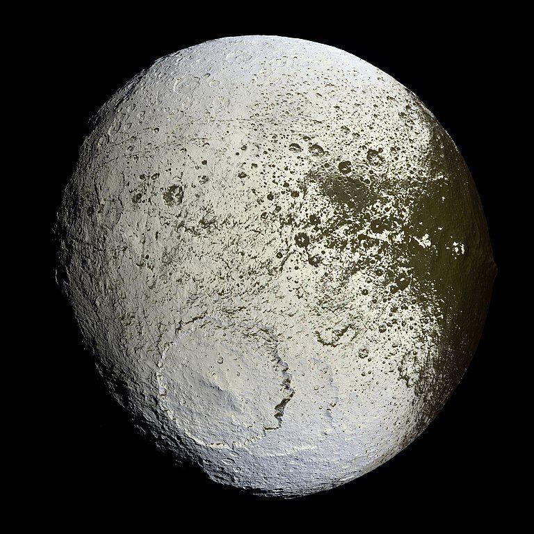 Jápeto la luna de Saturno vista desde la sonda Cassini. Vía NASA.
