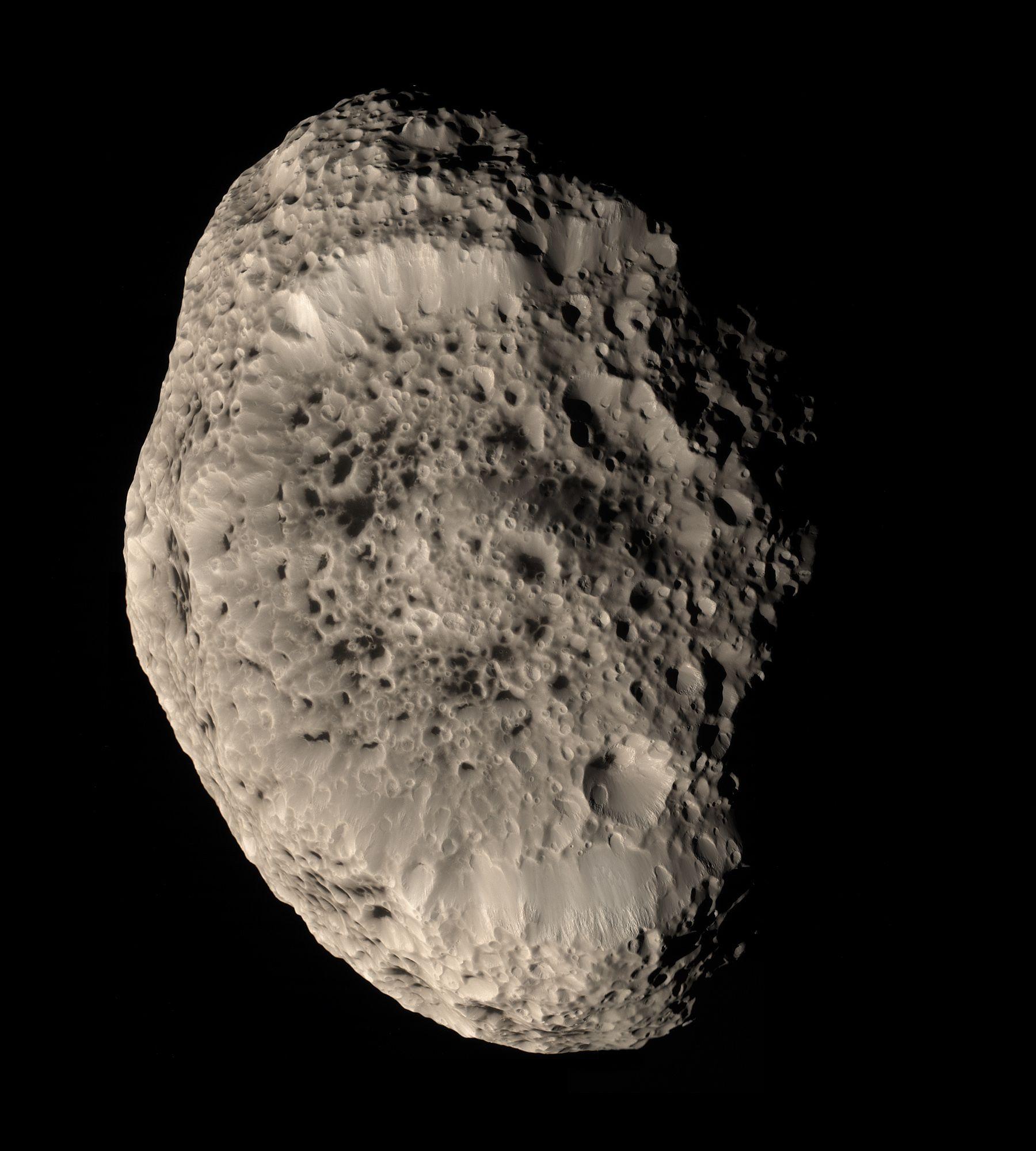 Imagen a color real de Hiperión, luna irregular de Saturno.