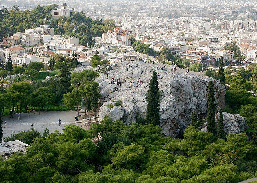 El Aeropago (la colina de Ares) visto desde la Acrópolis. Vía Wikimedia Commons.