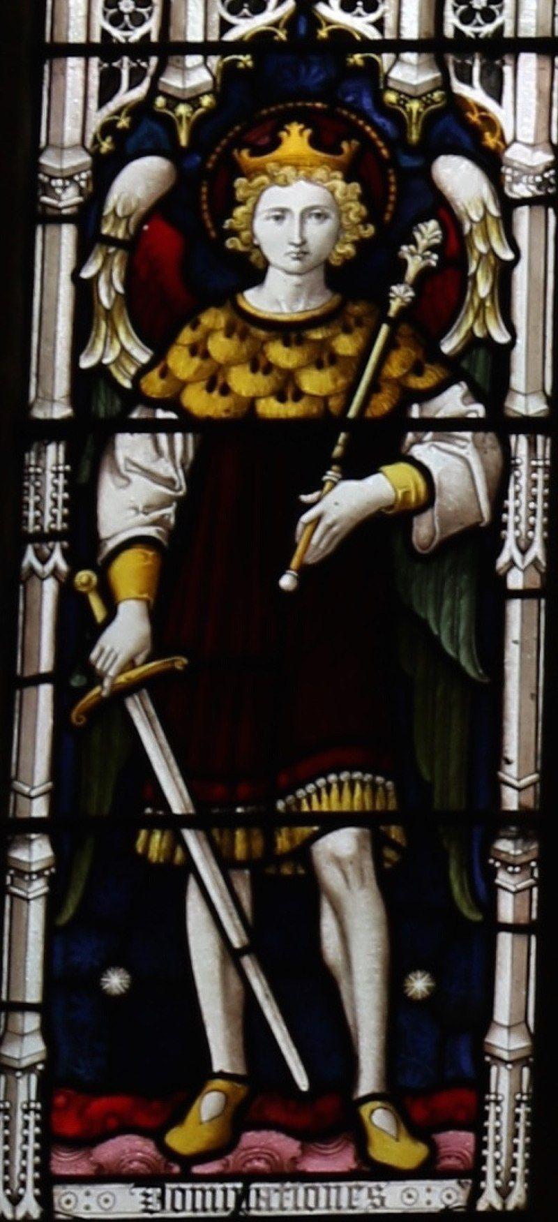 Representación angelical de una dominación, ubicada en la ventana occidental De la Iglesia de San Miguel y todos los ángeles en Somerton. Vía Wikimedia Commons.