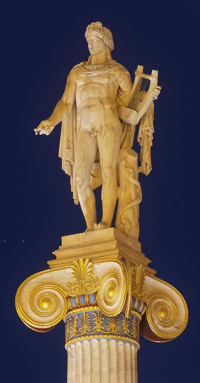 Apolo, representado con su lira en una columna de la Academia de Atenas. El dios a menudo era representado con una lira.