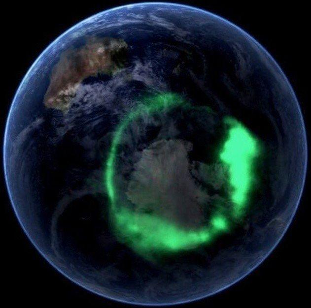 Aurora austral fotografiada alrededor de la Antártida desde un satélite de la NASA.