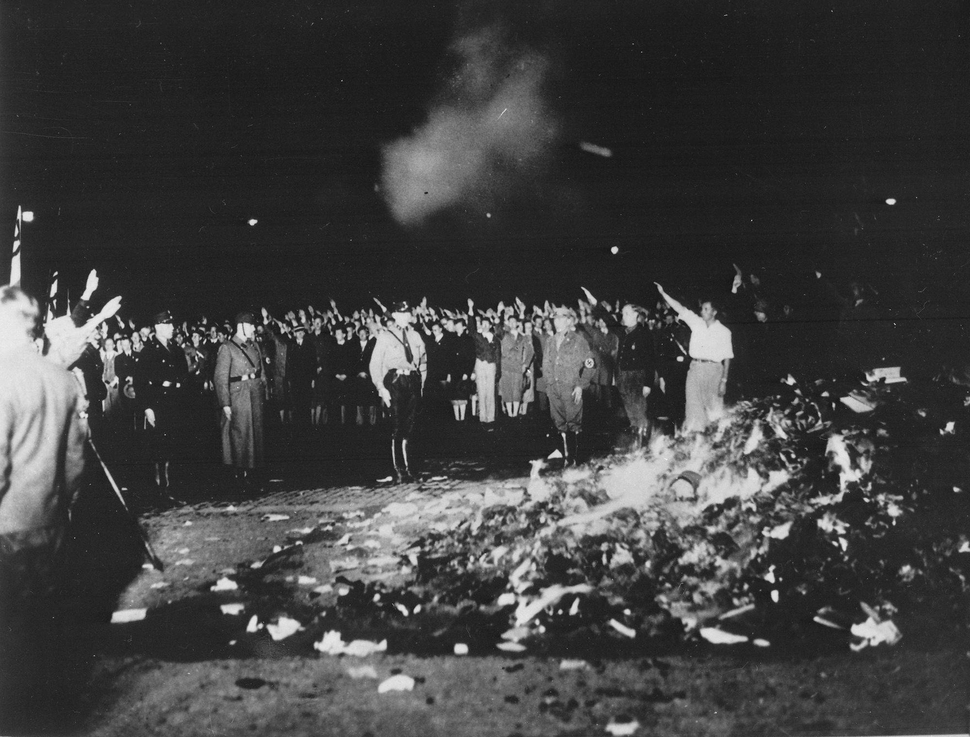 Quema de libros en la Plaza de la Ópera en Berlín el 10 de mayo de 1933, uno de los casos más recordados del intento de desaparecer de manera selectiva las ideas que no resultan acordes con una postura determinada.