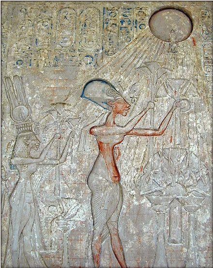 Relieve en el que se puede ver al faraón Akenatón y su familia adorando al dios Aten, representado como un disco solar.