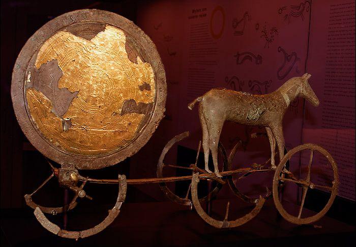 Escultura de la eda de bronce que representa a la carroza de la diosa Sól.