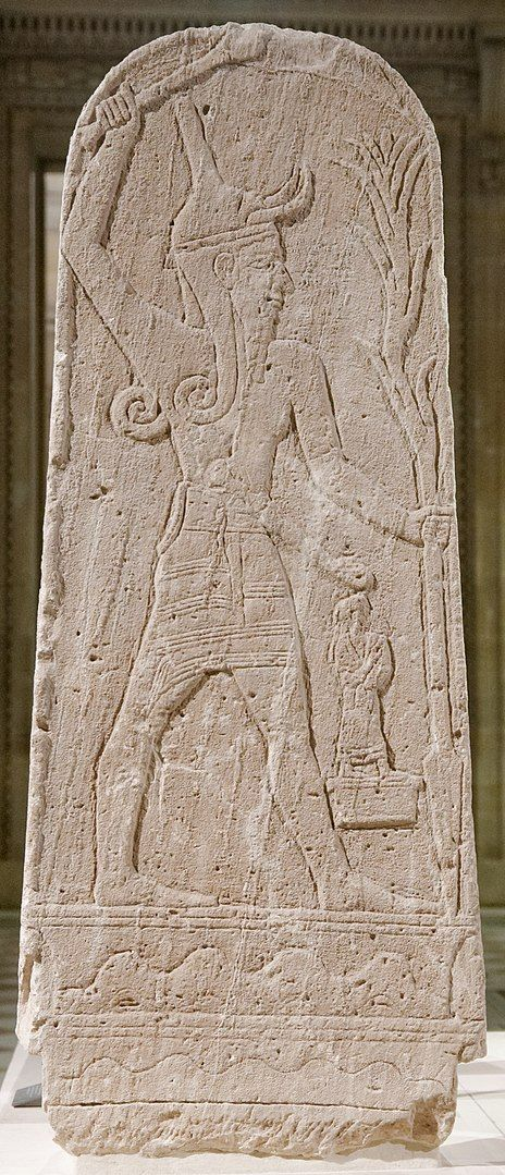 Baal armado con un rayo en una tablilla obtenida de las ruinas de Ugarit.