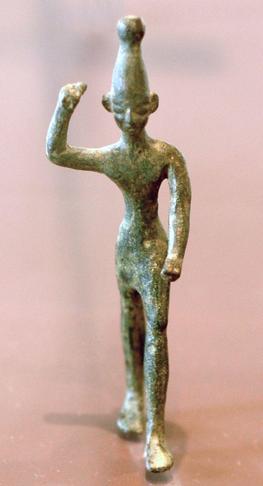Estatua de Baal representado con su brazo en alto en el que se supone llevaba un rayo, como una deidad asociada con las tormentas y la fertilidad su culto estuvo ampliamente distribuido en Oriente Próximo.