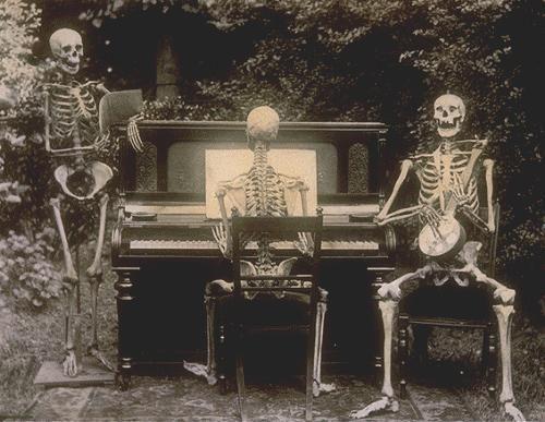 """La manera en la que las personas reaccionaban a la idea de la cercania de la muerte era """"burlarse"""" de ella, de ahi que se volvieran comunes los disfraces fantasmales, o las escenas humoristicas acerca de la idea de la muerte como esta foto tomada en 1893."""