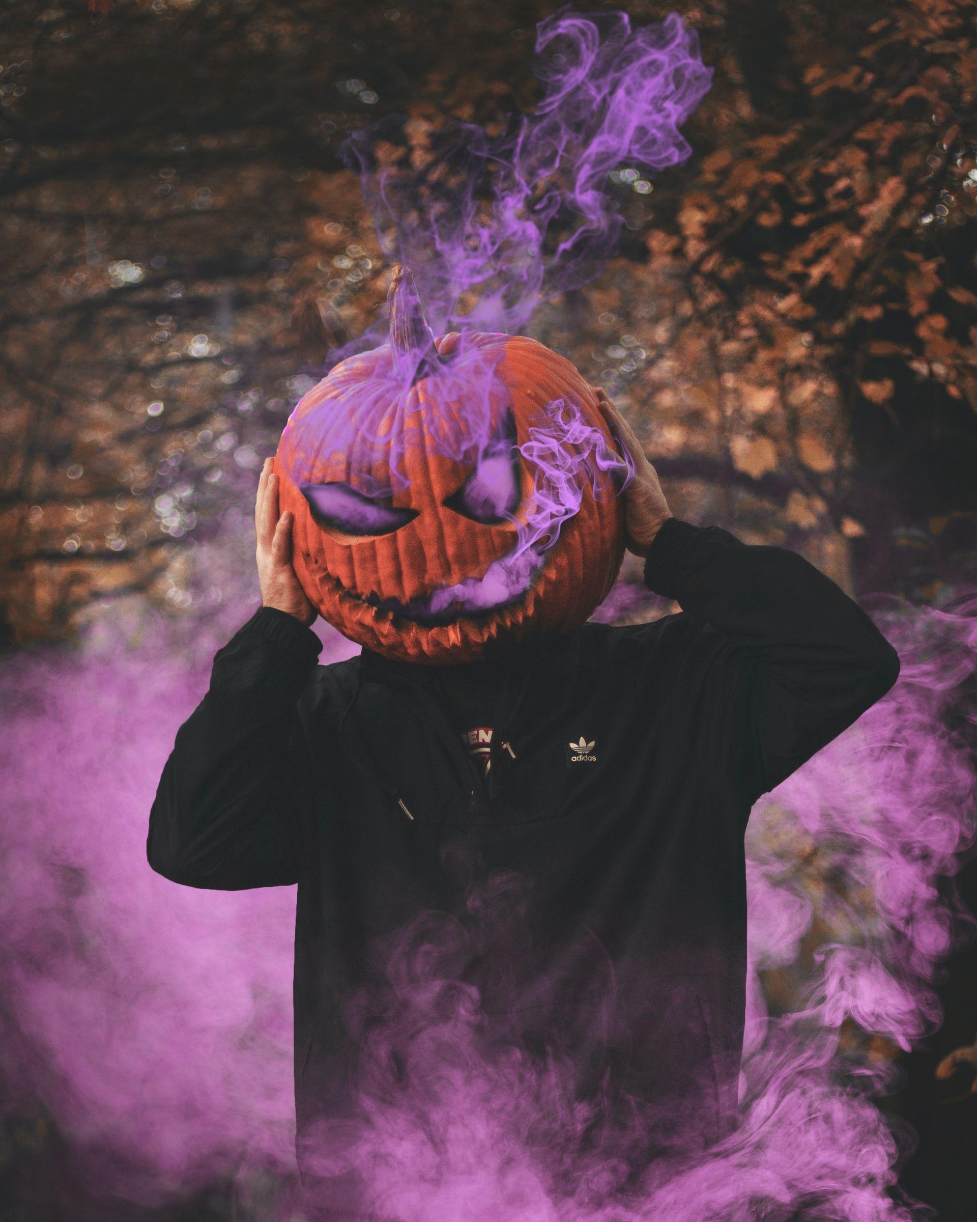 """La idea de los disfraces de Halloween seguramente inició como una manera de ahuyentar a los espiritus, aunque la fecha exacta en la que se adopot esta costumbre no esta del todo claro. <span>Photo by <a href=""""https://unsplash.com/@danny_lincoln?utm_source=unsplash&amp;utm_medium=referral&amp;utm_content=creditCopyText"""">Daniel Lincoln</a> on <a href=""""https://unsplash.com/s/photos/halloween?utm_source=unsplash&amp;utm_medium=referral&amp;utm_content=creditCopyText"""">Unsplash</a></span>"""