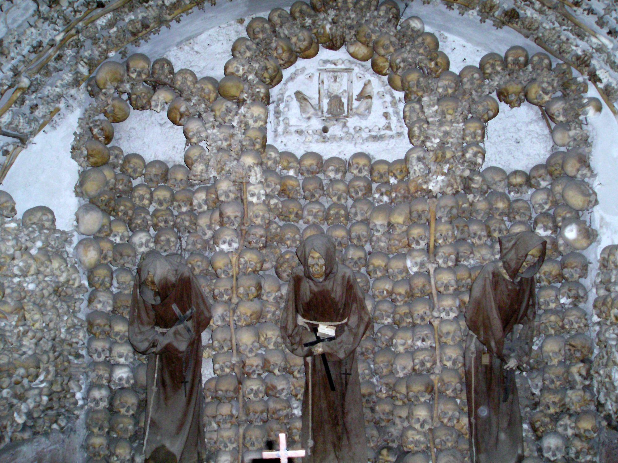 Osario en la cripta de los Capuccinos en Roma, una aplicación en la arquitectura del memento mori.