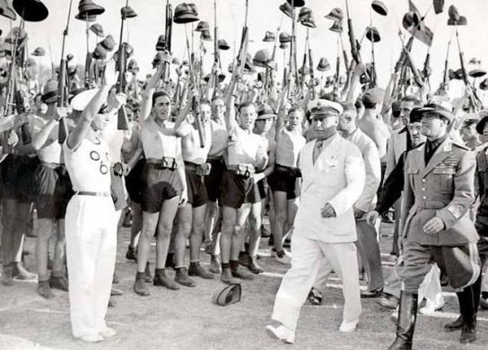 Musolini con las juventudes fascistas, el dictador italiano continuo con la demonización de Dido en pleno siglo XX.